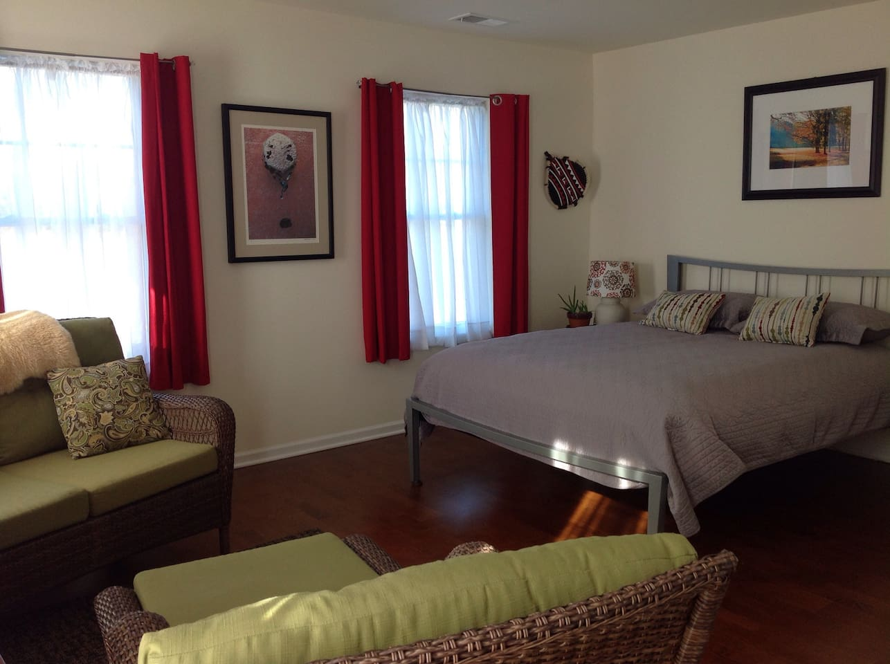 Queen bed, bright room, large closet