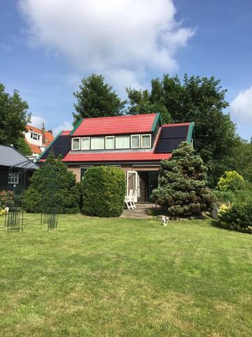 Vrijstaand Zaans huis met tuin  aan het water