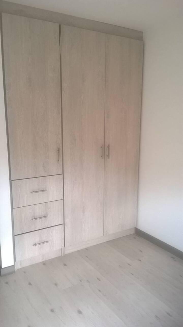 Luminosa Habitación con closet para mujer sola.