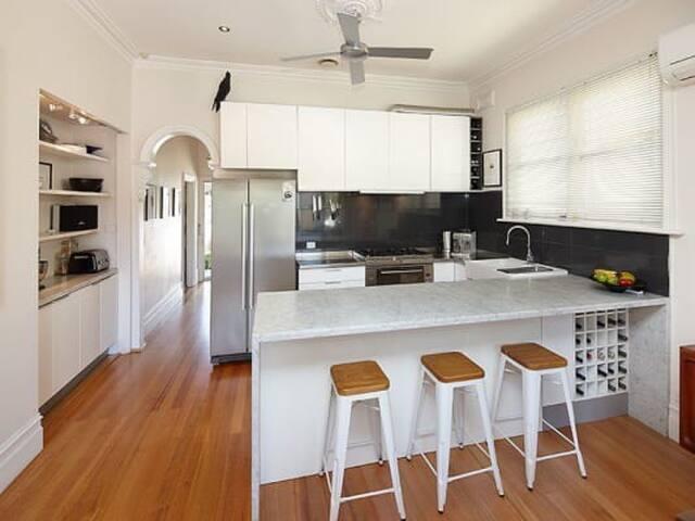 Modern & Private - Close to CBD - Richmond - Casa