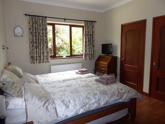 Lovely twin bedded, ensuite room in beautiful home
