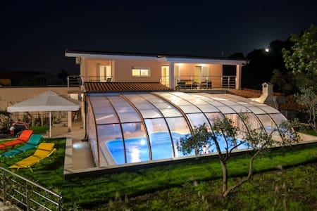 Čiovo- villa with heated pool- all year vacation - Slatine