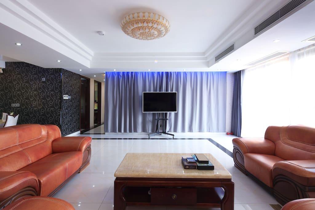 客厅电视墙,我们已添加家庭式KTV