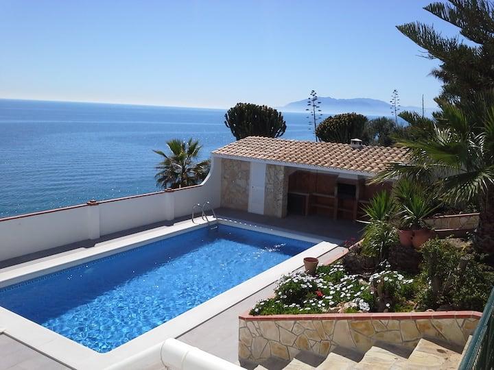 Villa sobre acantilado, jardin, barbacoa y piscina