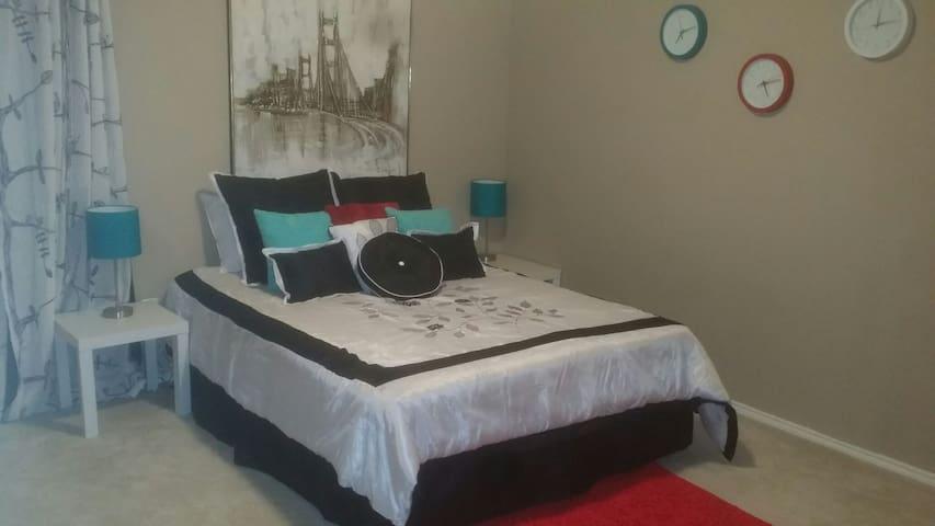 Beautiful bedroom, bath & living rm - Little Elm - ที่พักพร้อมอาหารเช้า