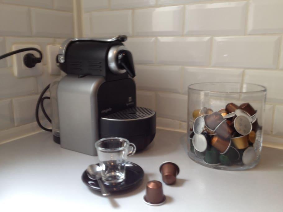 Cafetière Nespresso avec ses capsules. Les capsules sont offertes. Coffe-machin and Nespresso capsules free