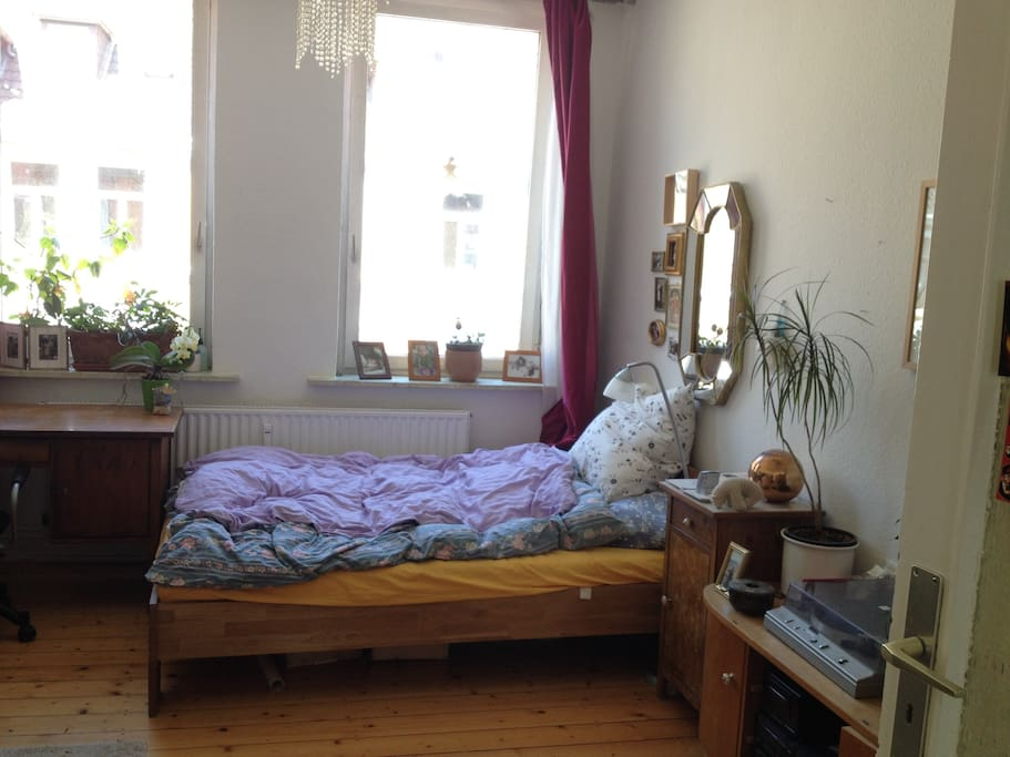 1. Zimmer mit Doppelbett und Schreibtischplatz