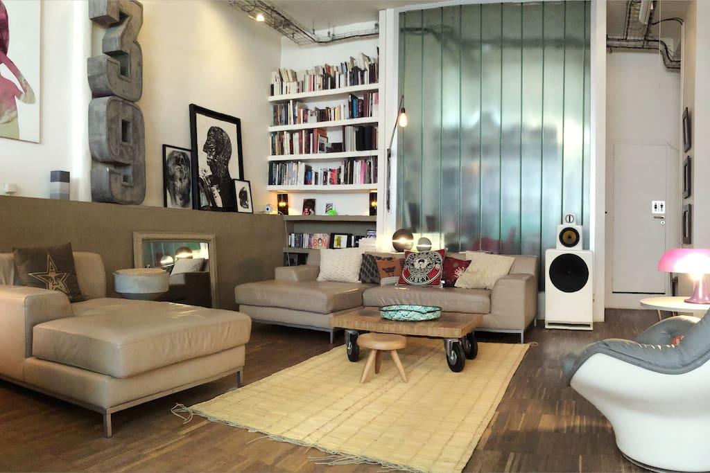 Spacieux salon avec grand canapé confortable