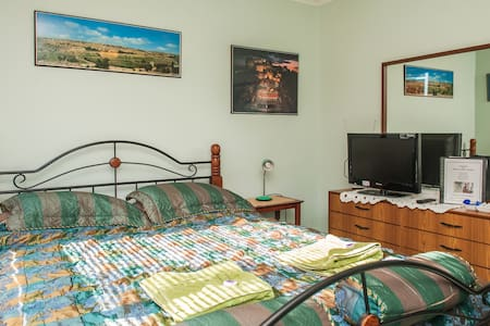 J.  Room with Queen Bed - DISCOUNT for long term - Oxley - Casa