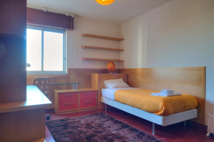 Single room by the Metro Station Ameixoeira