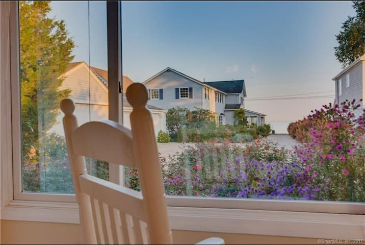 Charming 1950's Beach Cottage, Water view !