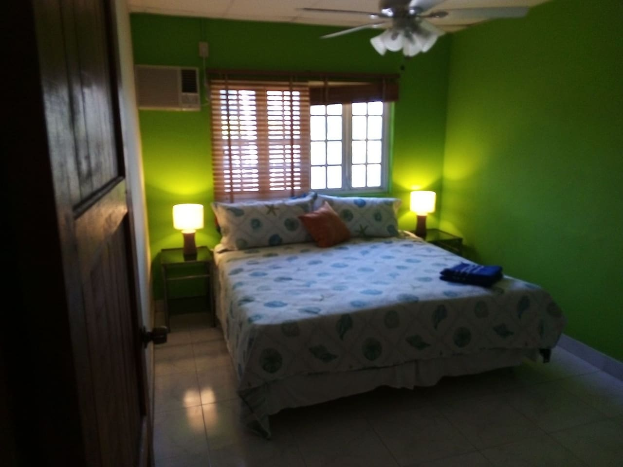 Private room in house with private bathroom, tv, air conditioning, use of kitchen, wifi, huge porch, outdoor BBQ area. 5 minutes from the beach.