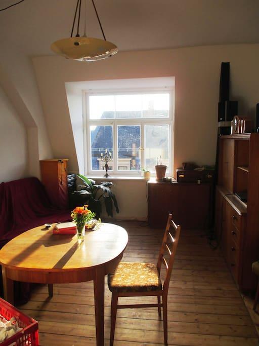 panoramafenster über den dächern der neustadt in einem unserer wohnzimmer