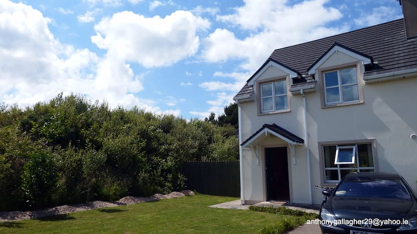 quiet country village location. WAW - Creeslough - Hus