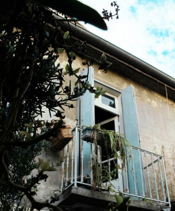 fenêtre de la chambre qui donne sur la terrasse