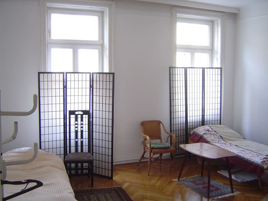 Einfaches Zimmer mit 2 Betten, separates Bad