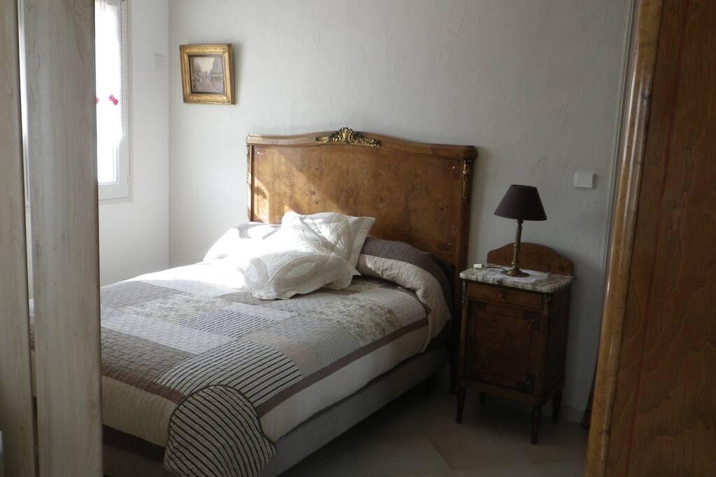 La chambre avec armoire de rangement