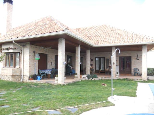 Villa w/pool and garden-Brkfast inc - Valdemorillo - Bed & Breakfast