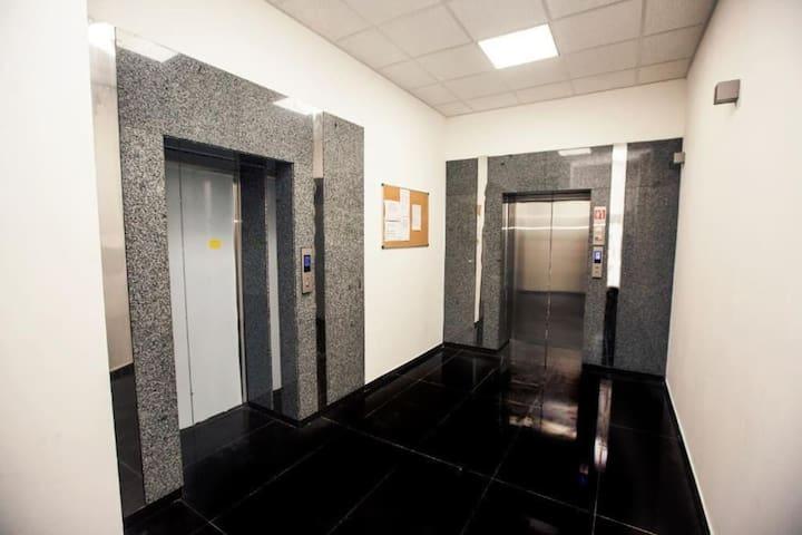 В холле 5 лифтов.
