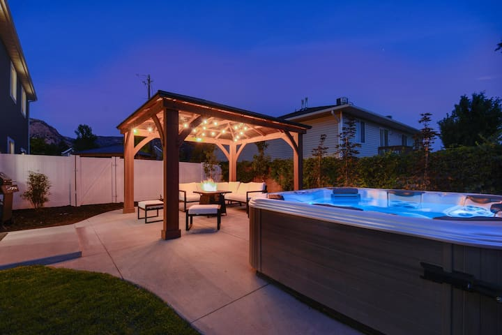 "⭐️Private Hot Tub + Fireplace + Covered Patio + 75"" TV"