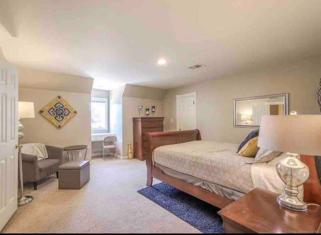 Beautiful Bedroom w/ En-suite Bathroom in S. Tulsa