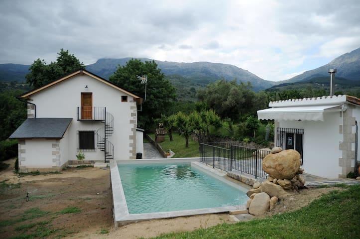Piscina de El Aguilojo con vistas al Valle del Tiétar. Dispone de una terraza con toldo, sillas y mesas.