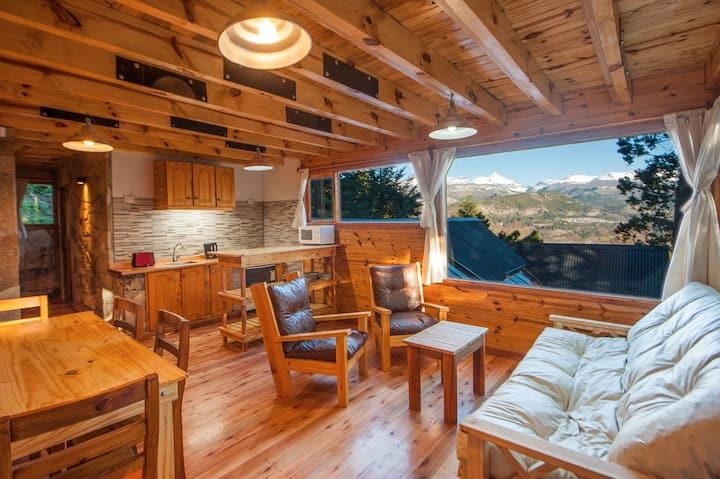 Casa en el bosque con hermosas vistas a la montaña