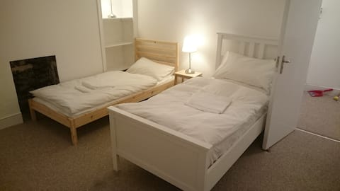 CheapTwinRoom and Third fold-up Bed.Central London