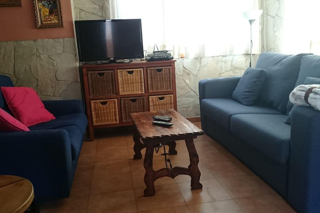 salón con tv via satélite