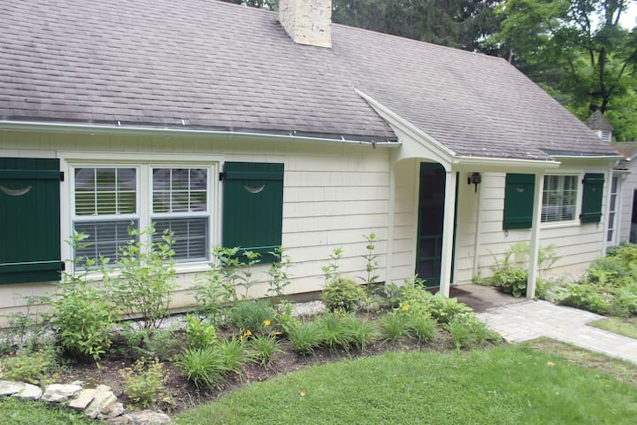 Charming 2BD Cottage Great Location