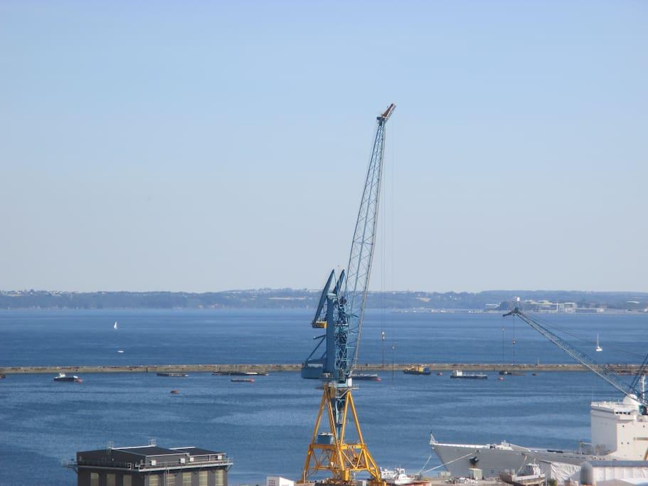 A présent, un aperçu de la rade et de l'arsenal, l'âme industrieuse de Brest.