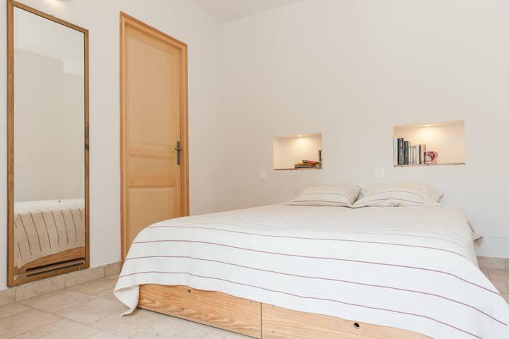 Chambre avec 2 lits jumeaux étant accolés pour ne former qu'un lit en 160
