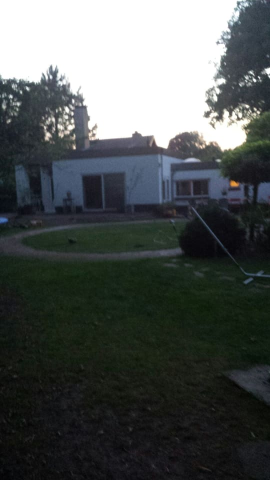 Achterkant huis met Terras en grote tuin