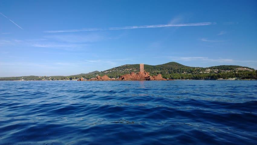 l'île d'or depuis la mer