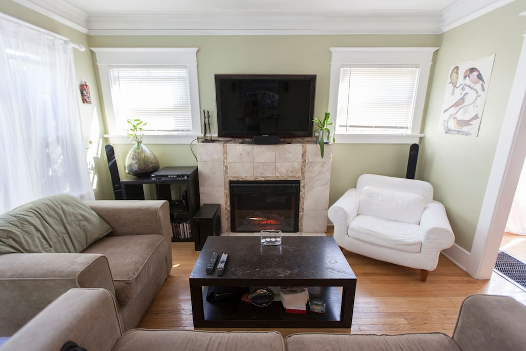 Bright living room with Gas Fireplace, HDTV, Chromecast and Surround Sound