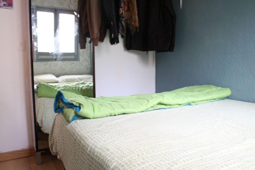 La habitación cuenta con cama doble, y lugar para que colguéis vuestra ropa. También hay un armario extra en el salón que podréis utilizar.