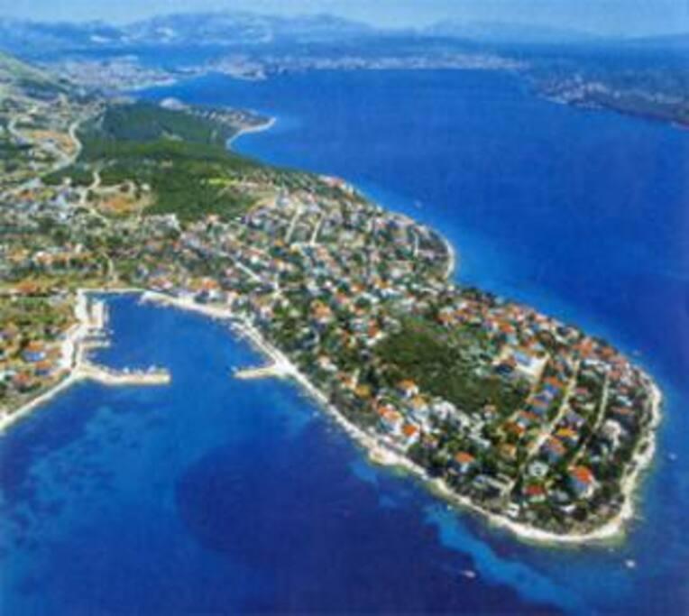 Красивый залив поселка Сегет Враница
