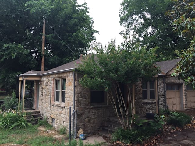 Cute stone cottage 5mins from downtown Tulsa