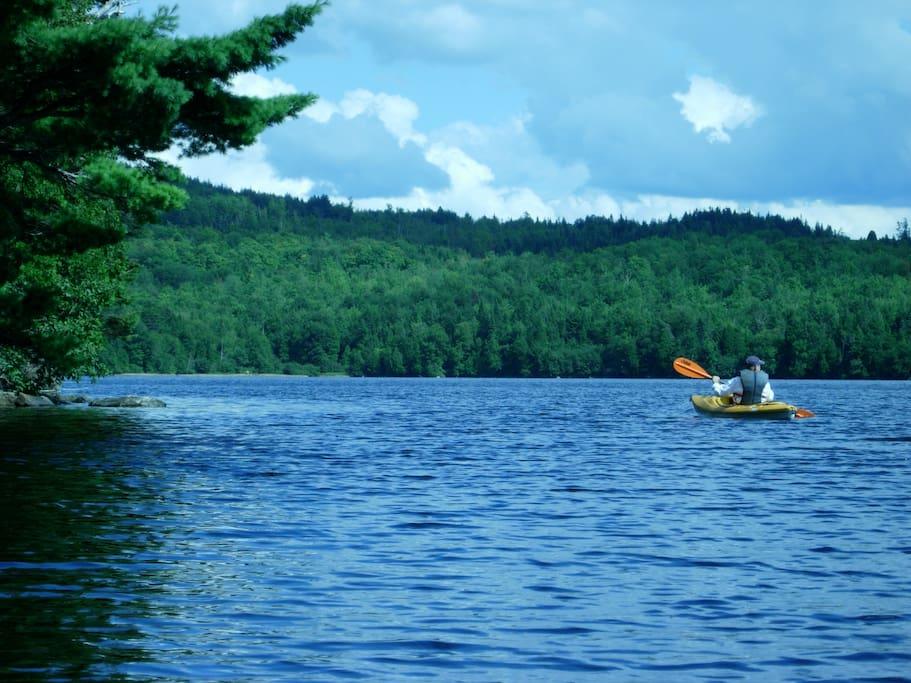 À 5 minutes en voiture, grand lac avec plage, le canot vient avec le chalet.
