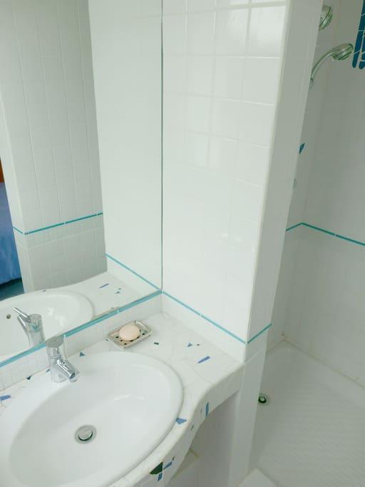 Lavabo et douche privées
