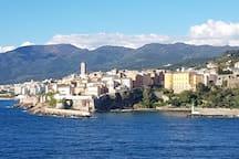 Bastia, la vieille ville vue de la mer.
