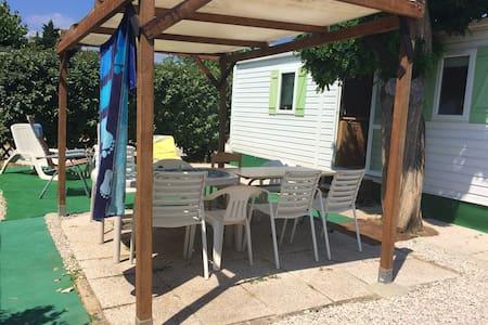 Joli bungalow avec piscine partagée