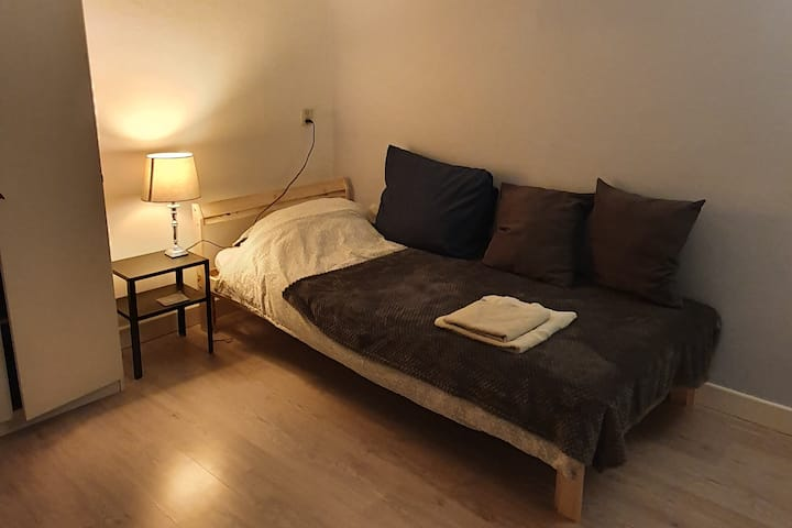 Cozy bedroom with free WiFi nearby Amsterdam
