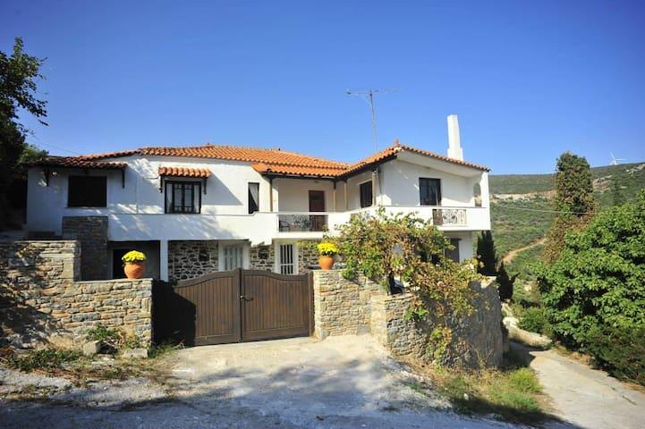 Zarakes, Evia: Large Holiday Villa. - Zarakes - Haus