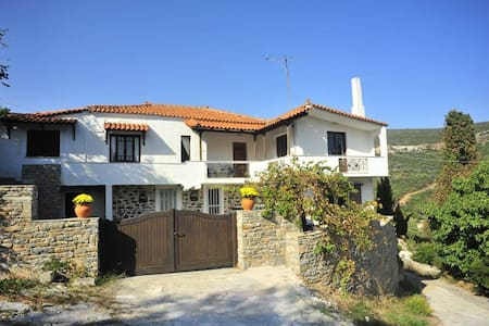 Zarakes, Evia: Large Holiday Villa. - Zarakes