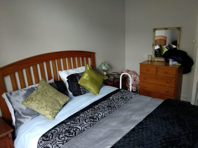 Real Kiwi Home --- Private room with King Bed