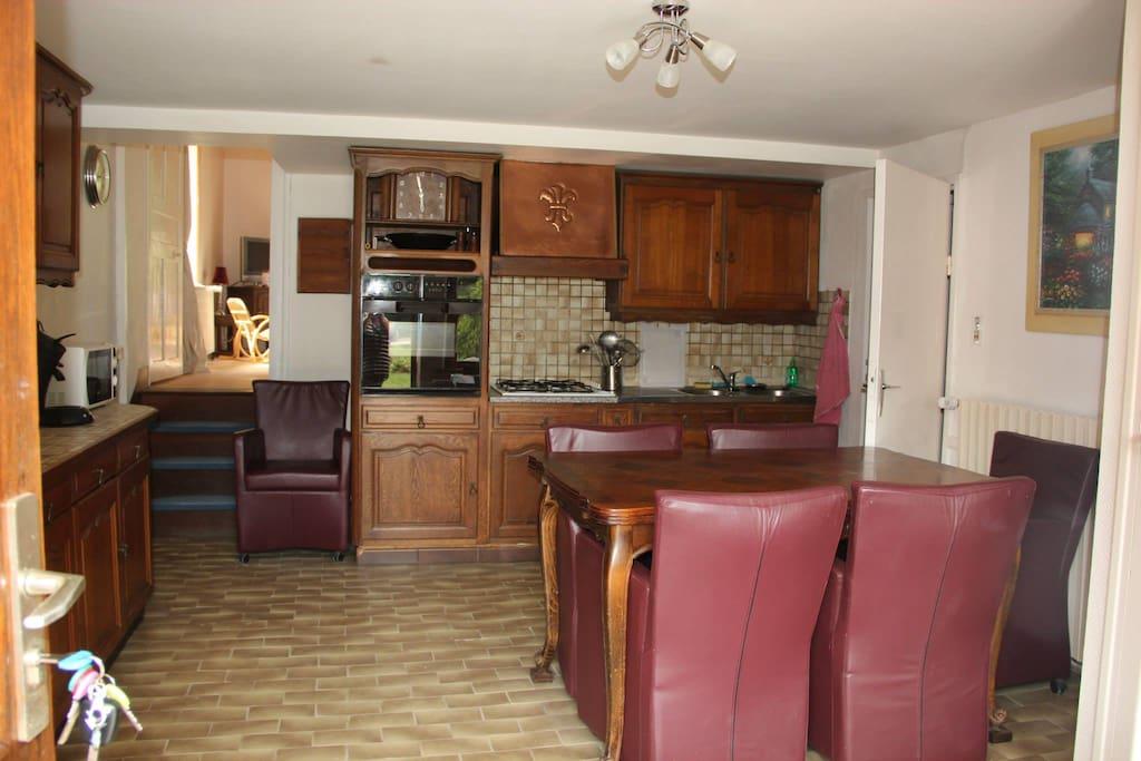 Keuken, met trapje naar de woonkamer