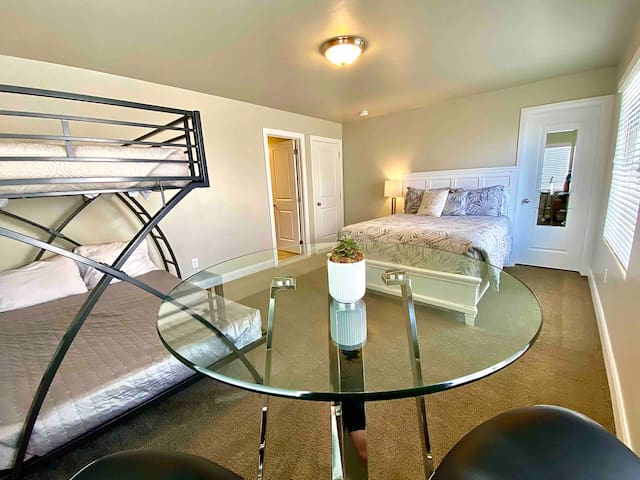 Immaculate Suite with Queen IntelliBED + Bunk