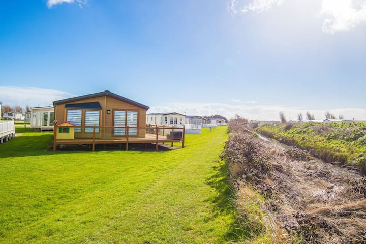MP641 Lodge - Camber Sands Holiday Park - Sleeps 8 - Huge gated decking - Loaded with luxurious extras