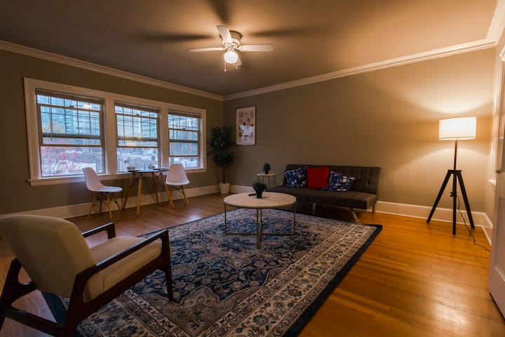 Historic condo Downtown + High Speed wifi, parking